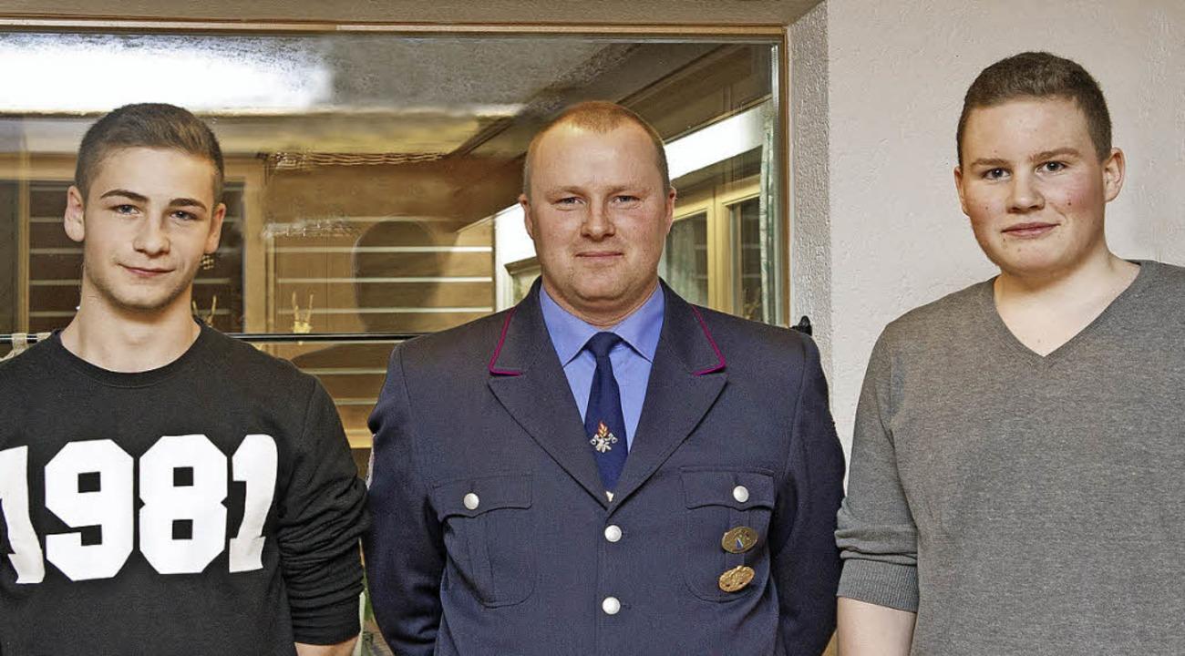 Abteilungsleiter Christian Utz nahm Lu...ller in die Reihen der Wehrleute auf.   | Foto: Wolfgang Scheu