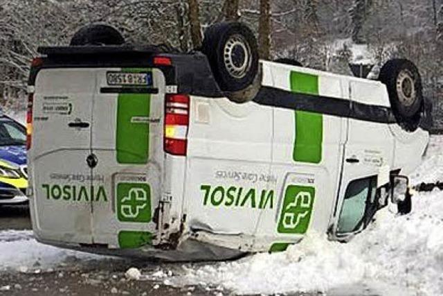 Gefahrguttransporter überschlägt sich