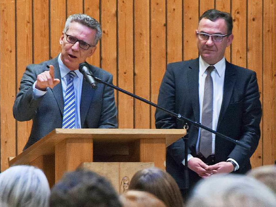 Bundesinnenminister Thomas de Maizière...geordnete Marcel Schwehr (Emmendingen)    Foto: MARTIN WENDEL