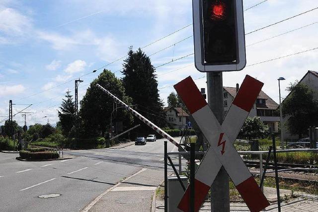 Fußgänger ignoriert geschlossene Bahnschranke