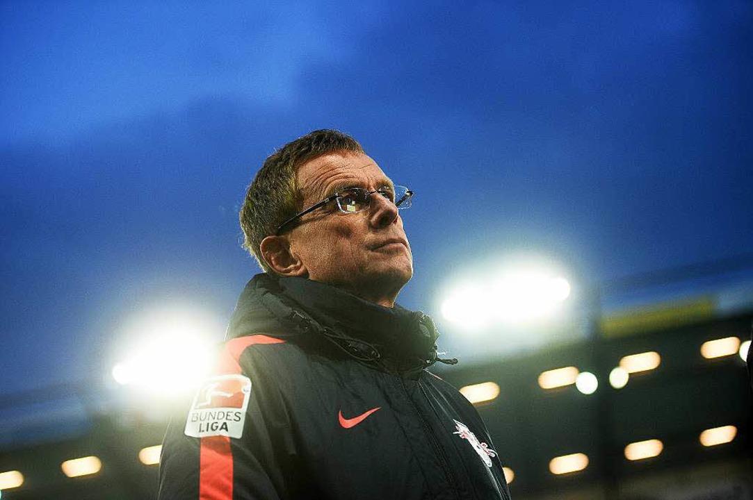 Den Blick nach oben gerichtet: der Leipziger Trainer Ralf Rangnick  | Foto: dpa