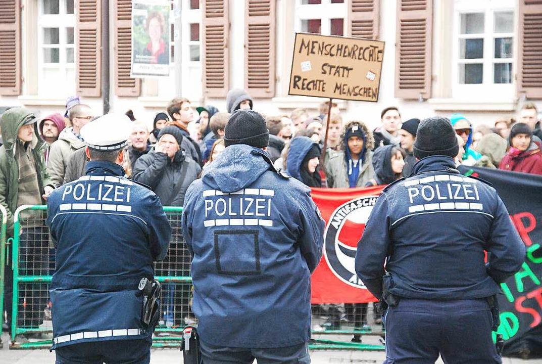 Starke Polizeipräsenz am Kastanienpark...on der Gegenkundgebung und der Antifa.  | Foto: Ralf Staub