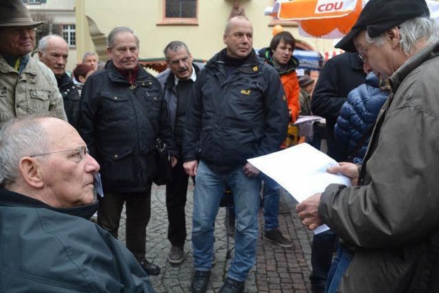 Schäuble auf dem Offenburger Wochenmarkt - Heimspiel für den Weltpolitiker