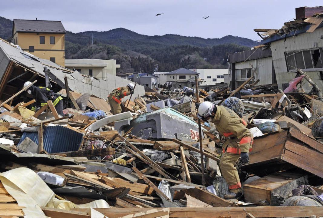 Ein Blick zurück: Am 11. März 2011 wur...nische Fischerstadt Kesenuma zerstört.  | Foto: afp/Köhler(2)