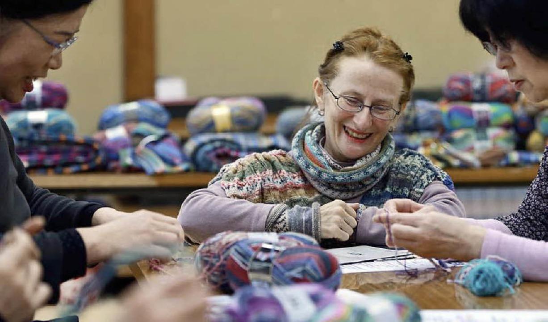 Die Deutsche Martina Umemura kam 1987 ...und gibt als Helferin nun Strickkurse.  | Foto: Angela Köhler