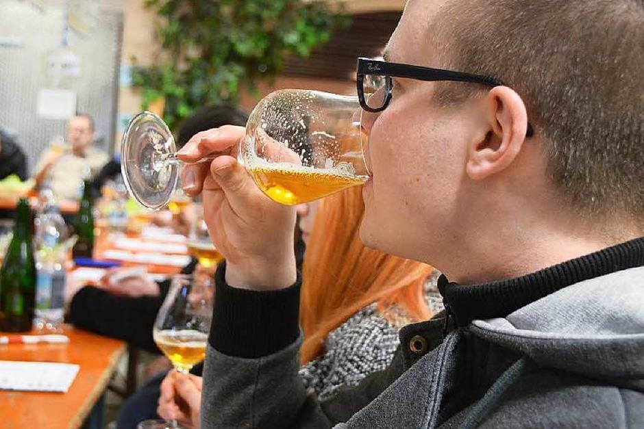 12 verschiedene Biere durften die Besucher beim Bierseminar in Denzlingen verkosten. (Foto: Max Schuler)