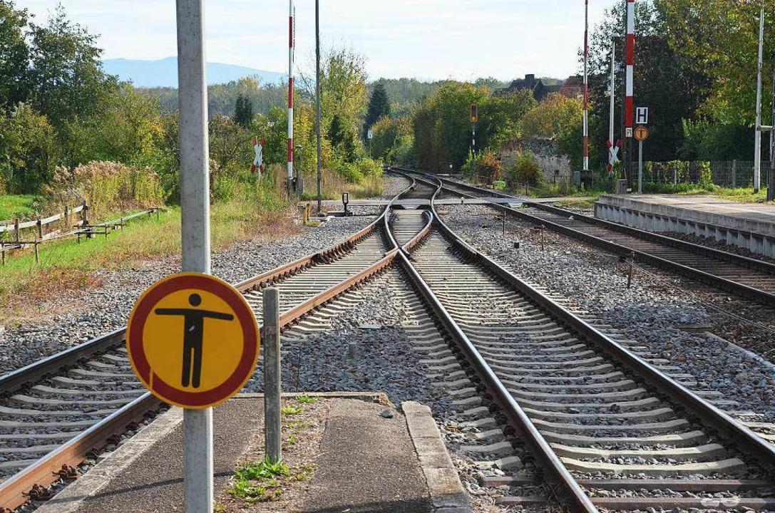 Diese Weiche unmittelbar vor dem Bahns...geht es zu Gleis 3, rechts zu Gleis 2.  | Foto: Manfred Frietsch