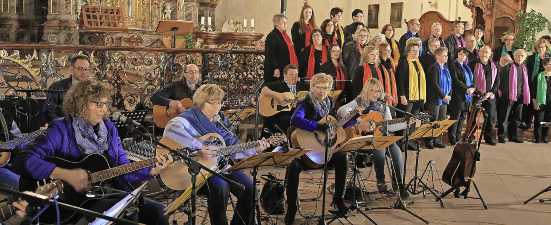 Premiere: Die Gitarrengruppe Saitenwin...-Singers beim Konzert in St. Landelin   | Foto: Decoux-KOne