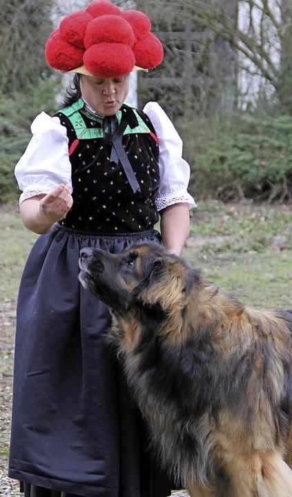 Nathalie Ihle und ihr Leonberger mit d...Wertungsrichter hübsch  herzurichten.   | Foto: J. Reinbold/ P. Steffen (dpa)