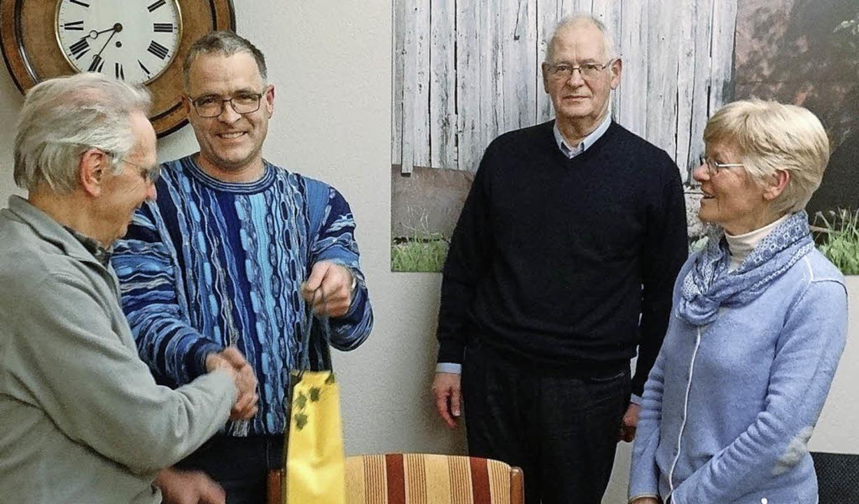 Für 40-jährige Mitgliedschaft im Ruder...ierer Armin Laubender dankten beiden.   | Foto: werner Schnettelker