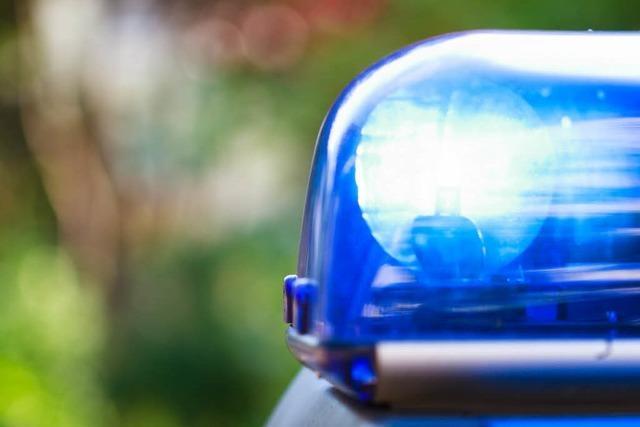 Von Deckel eingeklemmt: Mitarbeiter verletzt sich schwer