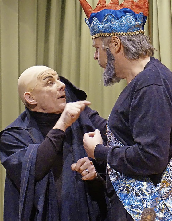 Disput zwischen Bazillus (Peter Waßer, links) und Graf Almaviva (Lorenz Wehrle)   | Foto: Julius Steckmeister