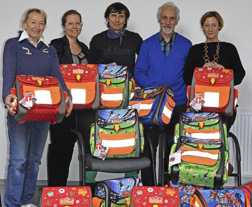 Hannelore Nuß (von links), Diana Stöck...euerin Tina Dreyer mit den Schulranzen  | Foto: Stadt