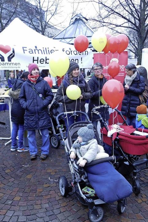 Ob mit Luftballons oder mit  Transpare...nen aufmerksam auf Ungerechtigkeiten.   | Foto: CWE