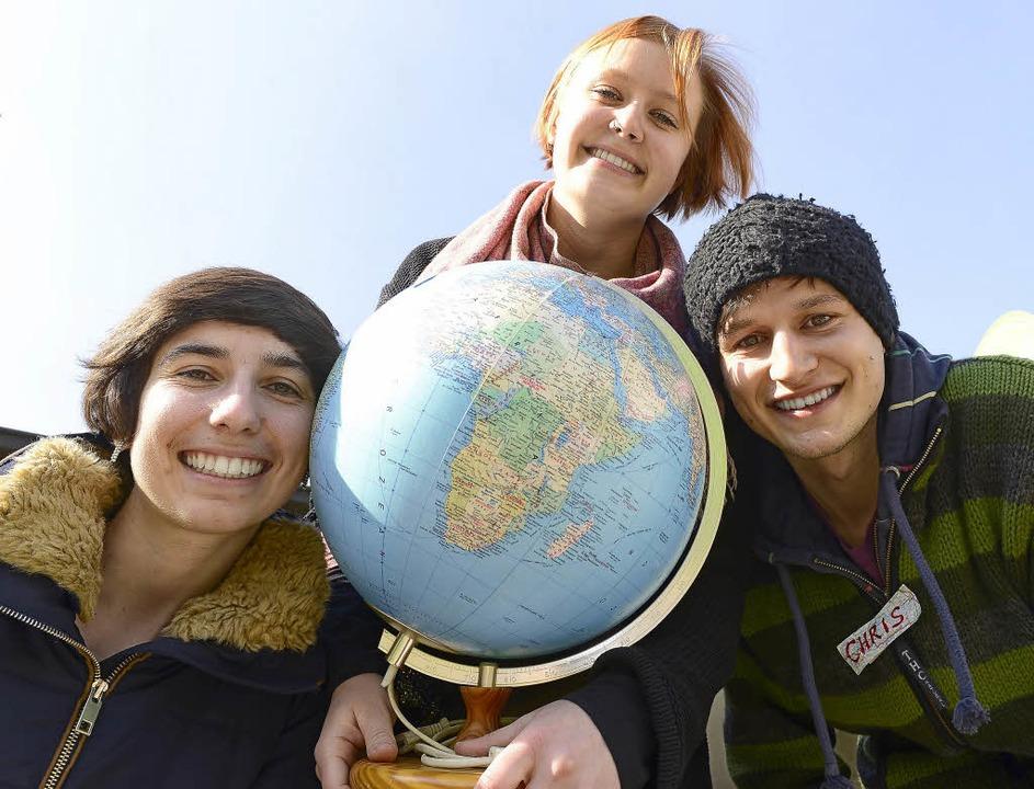 Die Kongressteilnehmer Annika, Rebekka...inks) halten die Welt in ihren Händen.  | Foto: i. schneider