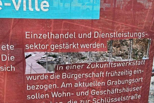 Protest gegen Baupolitik: Neuenburger Bürgermeisterkandidat schneidet Loch in Infoplakat