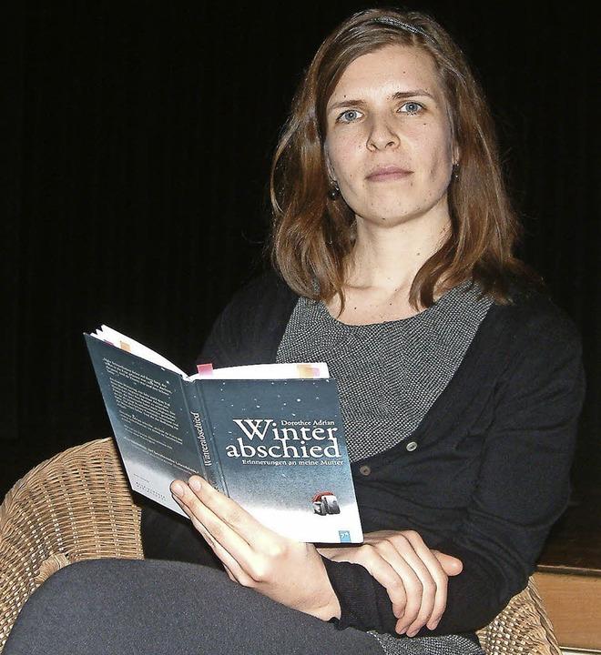 "Die Autorin Dorothee Adrian las im Gem...en Buch ""Winterabschied"".   | Foto: Roswitha Frey"