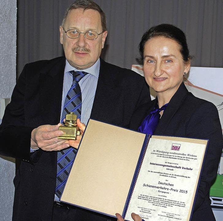 Die Sprecherin der IG Verkehr, Natali ... Schienenverkehrspreis 2015 entgegen.   | Foto: Thomas Loisl Mink