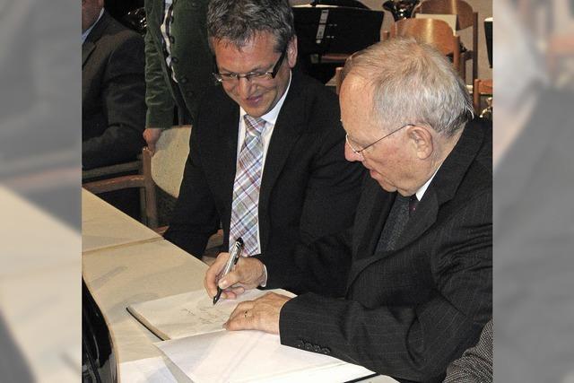 Wolfgang Schäuble trägt sich ins Goldene Buch der Gemeinde Schluchsee ein