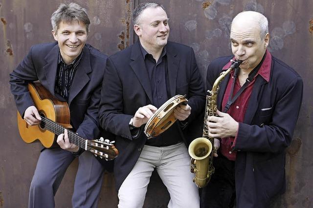 Freiburger Trio mit Matthias Stich (Saxophone, Bassklarinette), Jochen Hank (Perkussion, Gesang) und Ingmar Winkler (Gitarre) in Badenweiler