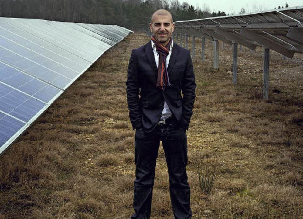 Früher war hier die NVA:  Amir Roughani in seiner Solarfabrik   | Foto: change