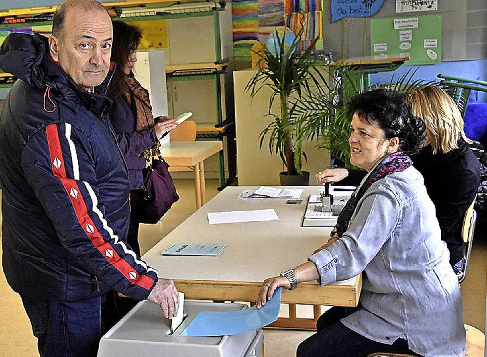 Rein in die Urne: Wähler aus Kirchzarten bei der Stimmabgabe.   | Foto: Markus Donner