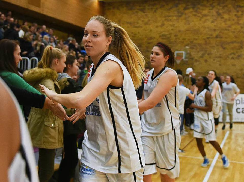 Ilka Hoffmann und Alexandra Williams k...ztmals in dieser Saison die Fans ab.      Foto: Patrick Seeger