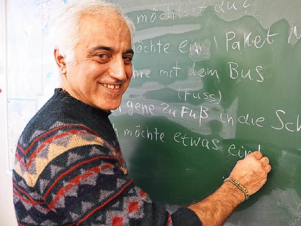 Djalal Nazemi hilft auf vielfältige Weise, er gibt auch Deutschunterricht.    Foto: Anika Maldacker