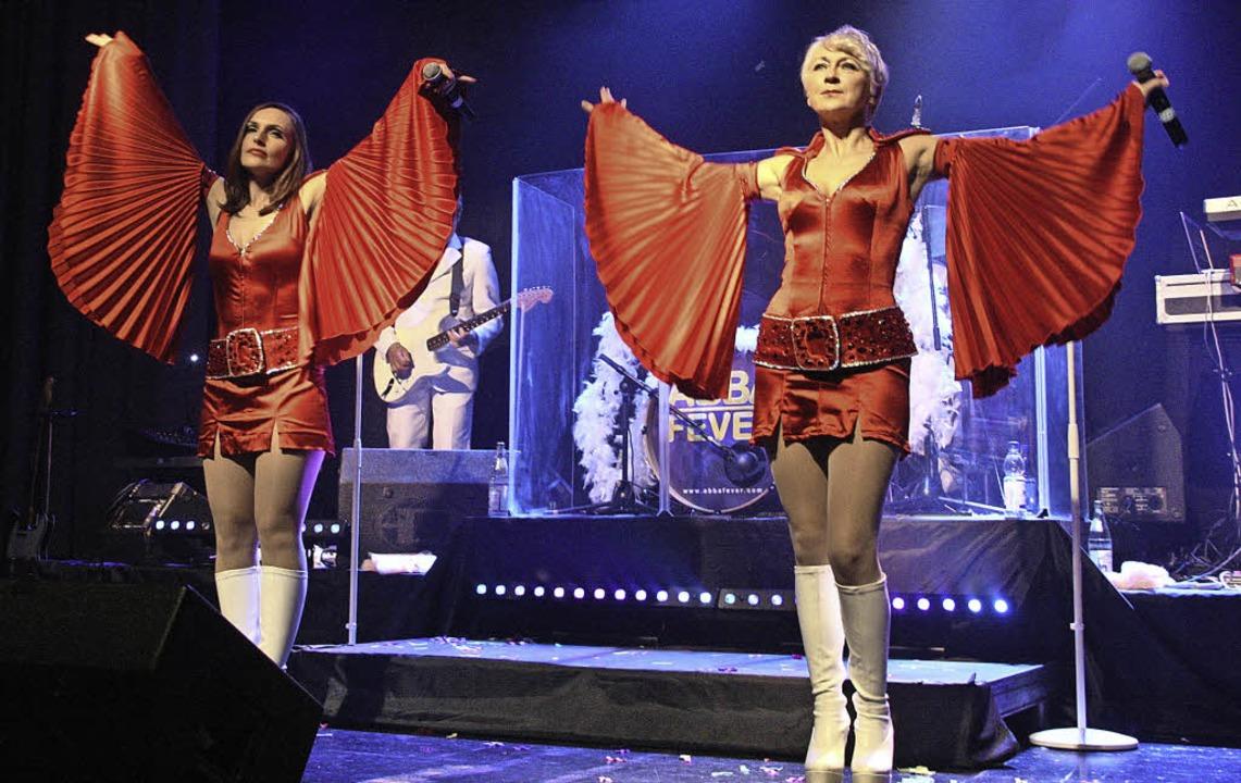 Die siebenköpfige Band ABBA FEVER brac...ns im Neuenburger Stadthaus zum Toben.    Foto: Ute Wehrle
