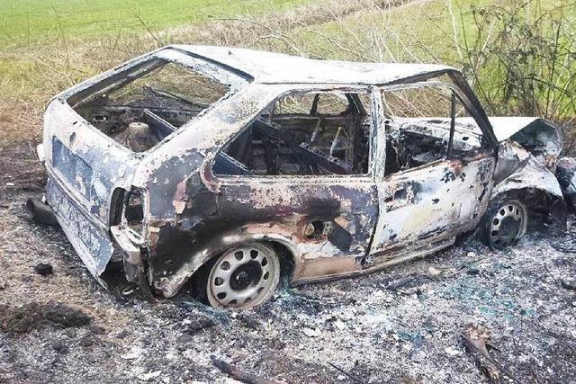 Polo brannte völlig aus – Fahrer flüchtete