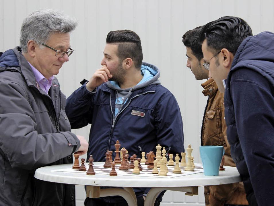 Eine Partie Schach, kreativ geschminkt...kunft im Gewerbepark war einiges los.   | Foto: Jennifer Ruh