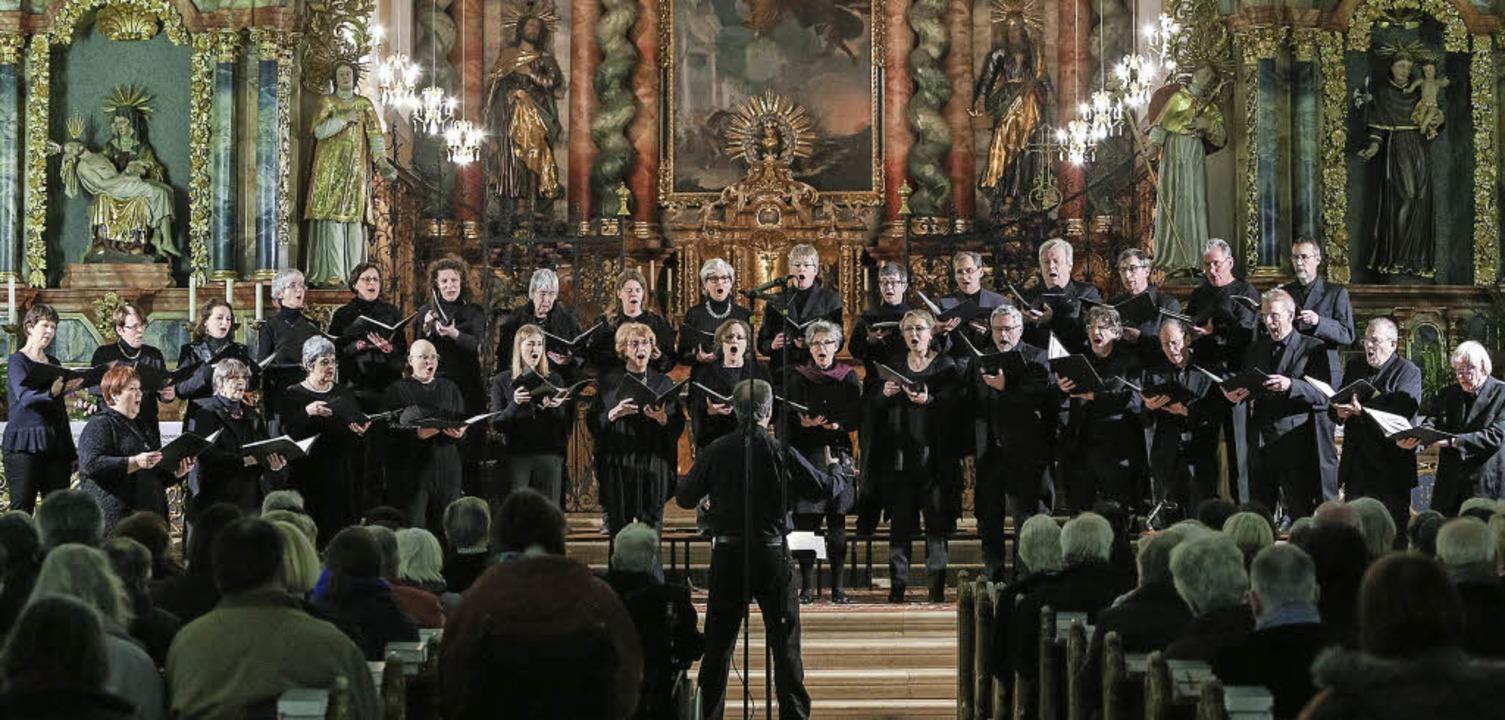 Die doppelte Phalanx des Kammerchors v...rche Unserer Lieben Frau in Offenburg   | Foto: Faruk Ünver