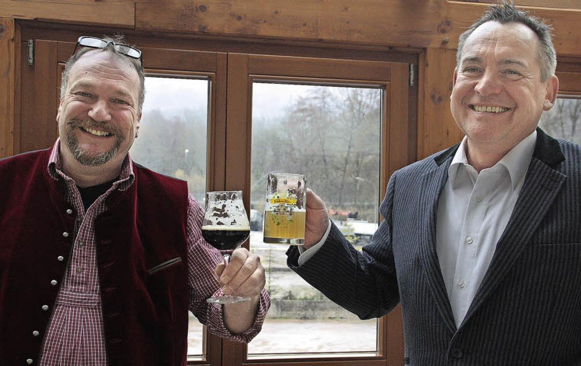 Prost: Dietmar Meier (links) und Joach...erka sind Bierbrauer aus Leidenschaft.  | Foto: Jörn Kerckhoff