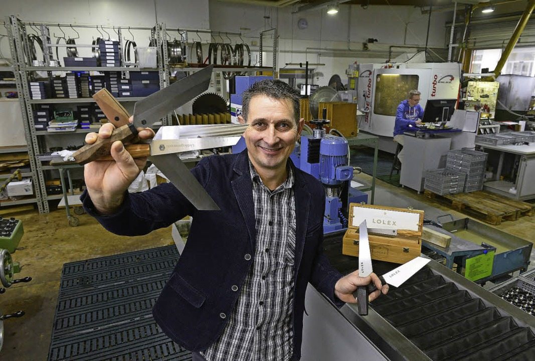 Gerhard Hinger führt verschiedene Varianten des Lolex-Messers vor.  | Foto: Ingo Schneider