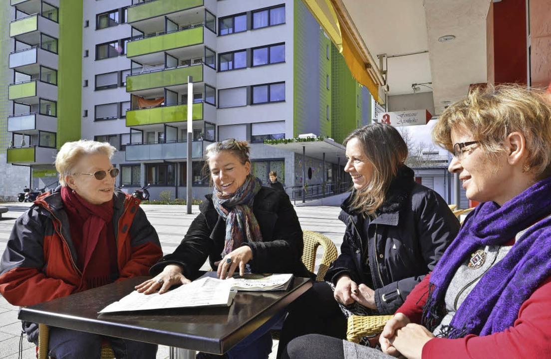 Betty Lauck, Milena Vogt, Sylvia Haßle...von links) im Gespräch über die Wahl    | Foto: Bamberger (2)