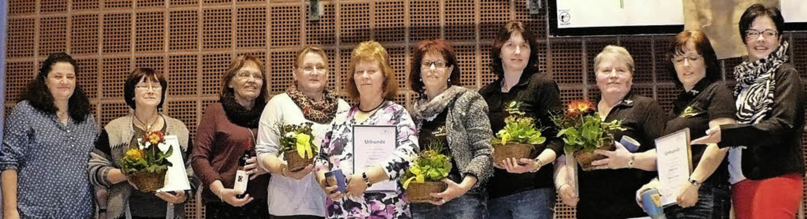 Bezirksvorsitzende Karola Morath (rech...iente und langjährige Mitglieder aus.   | Foto: Rittner