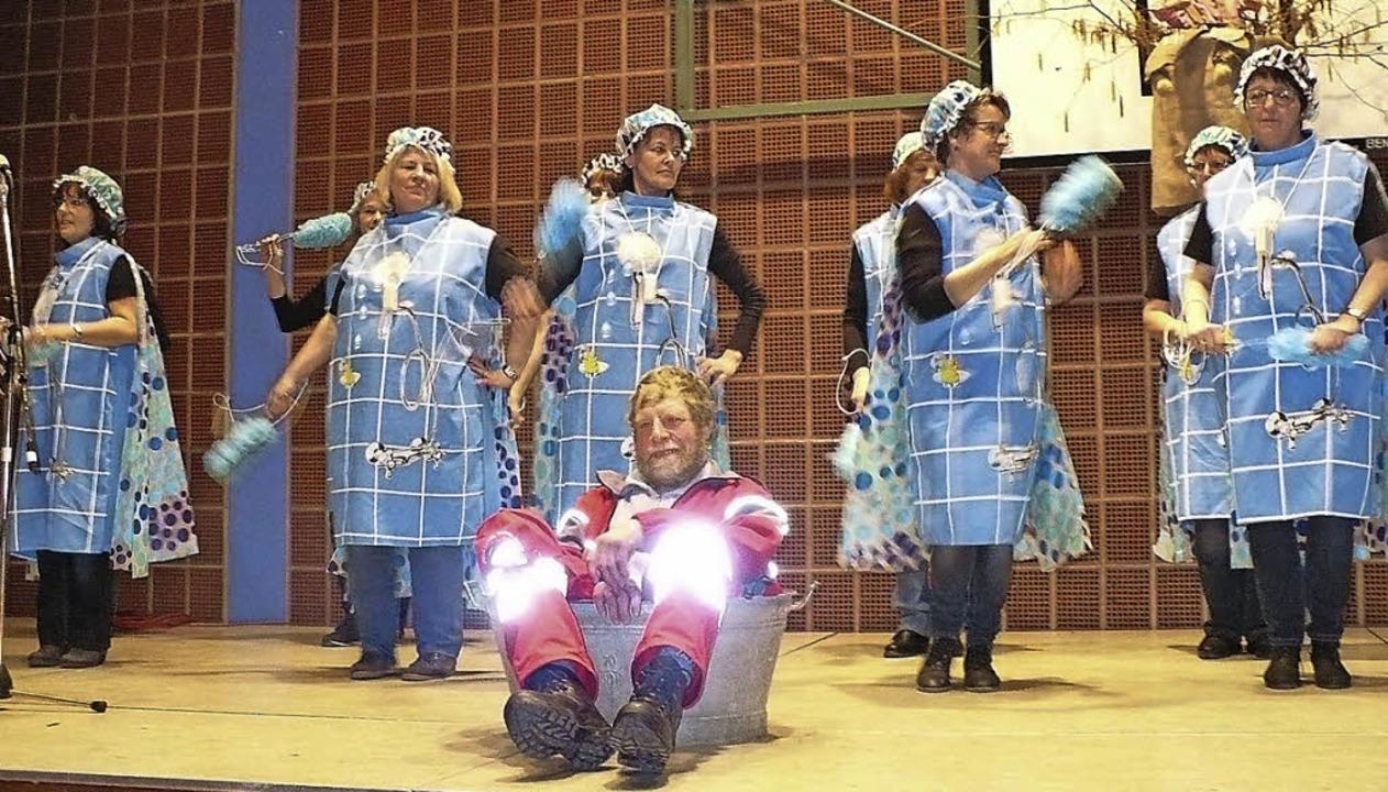 Mit dem Badewannen-Tango lockerten die...s Programm der Bezirksversammlung auf.  | Foto: Gertrud Rittner