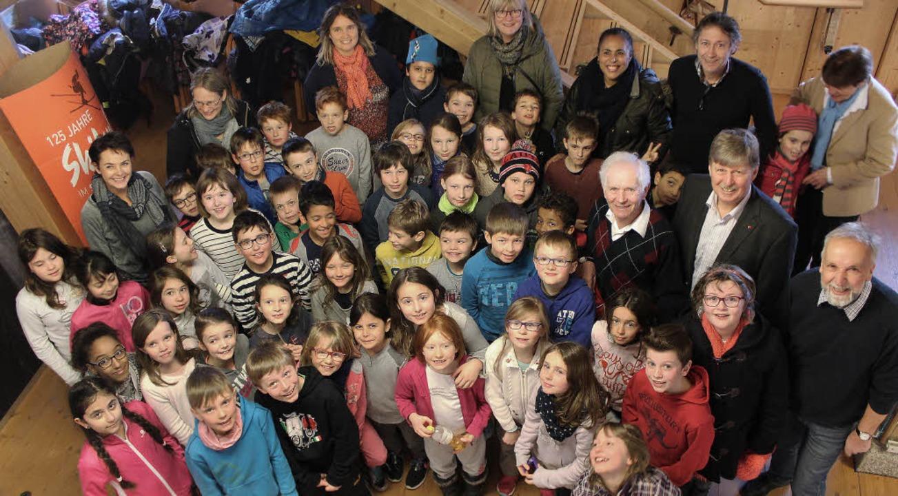 Schüler aus Eguisheim und Hinterzarten...rg Thoma, der die Schüler herumführte.  | Foto: Joachim Frommherz