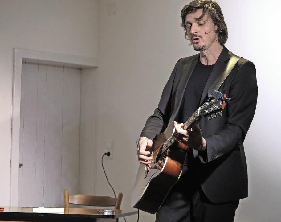 Musikalisches Ventil für all den Frust...ift Marc Hofmann auch mal zur Gitarre.  | Foto: Dorothee Philipp