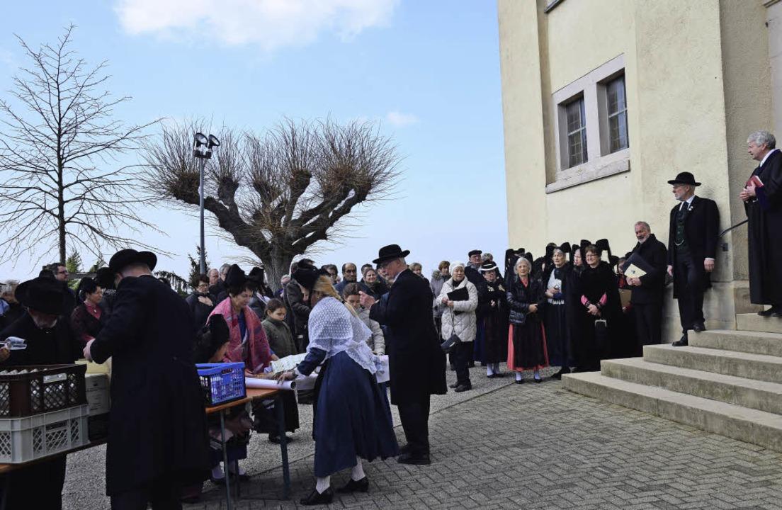 Die Festgesellschaft mit alter (rechts) und neuer Linde   | Foto: Beatrice Ehrlich