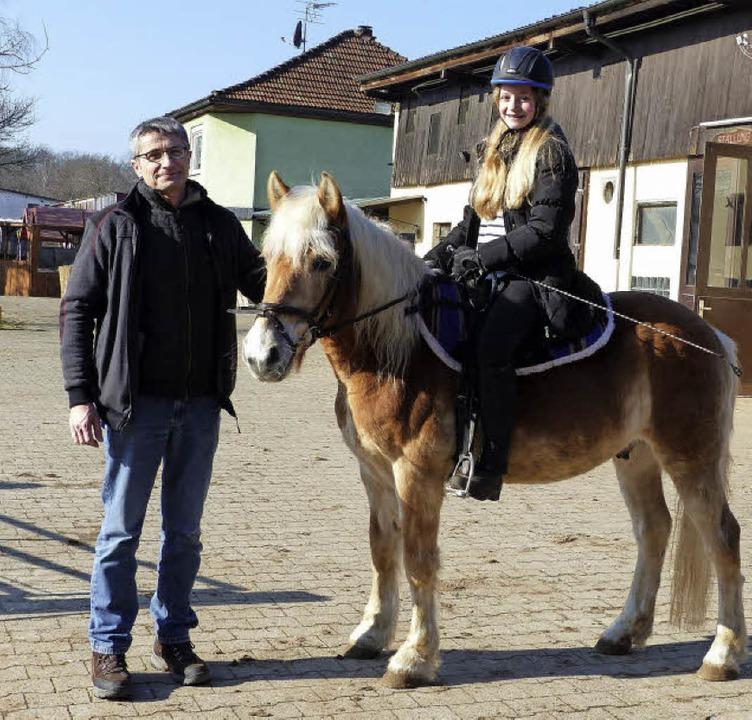 Gisbert Kubina, der neue Kassenwart de...eisterte Tochter Juliane auf dem Hof.   | Foto: Sofia Kwiek