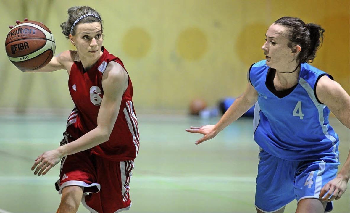 Einseitiges Duell: Gabriela Genz (li.)...gegen den USC mit Christina Zehender.   | Foto: Keller