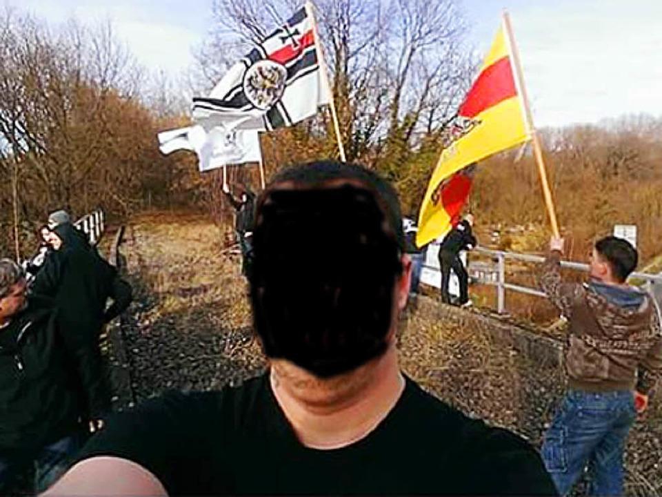 Unter anderem die Reichskriegsflagge haben Unbekannte über der B34 geschwenkt.     Foto: Privat