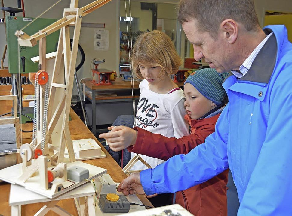Katja, Daniel und Holger Kauffmann (vo...echnischen Unterricht zu informieren.   | Foto: Gerhard Lück