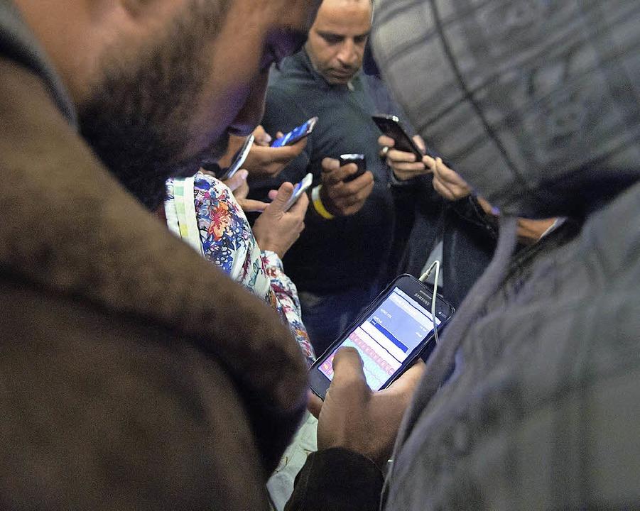 Ein offenes WLAN ermöglicht Flüchtlingen die Kommunikation über das Internet.   | Foto: dpa