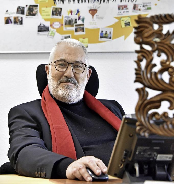 Ernst Schütz an seinem Schreibtisch in Freiburg  | Foto: Michael Bamberger