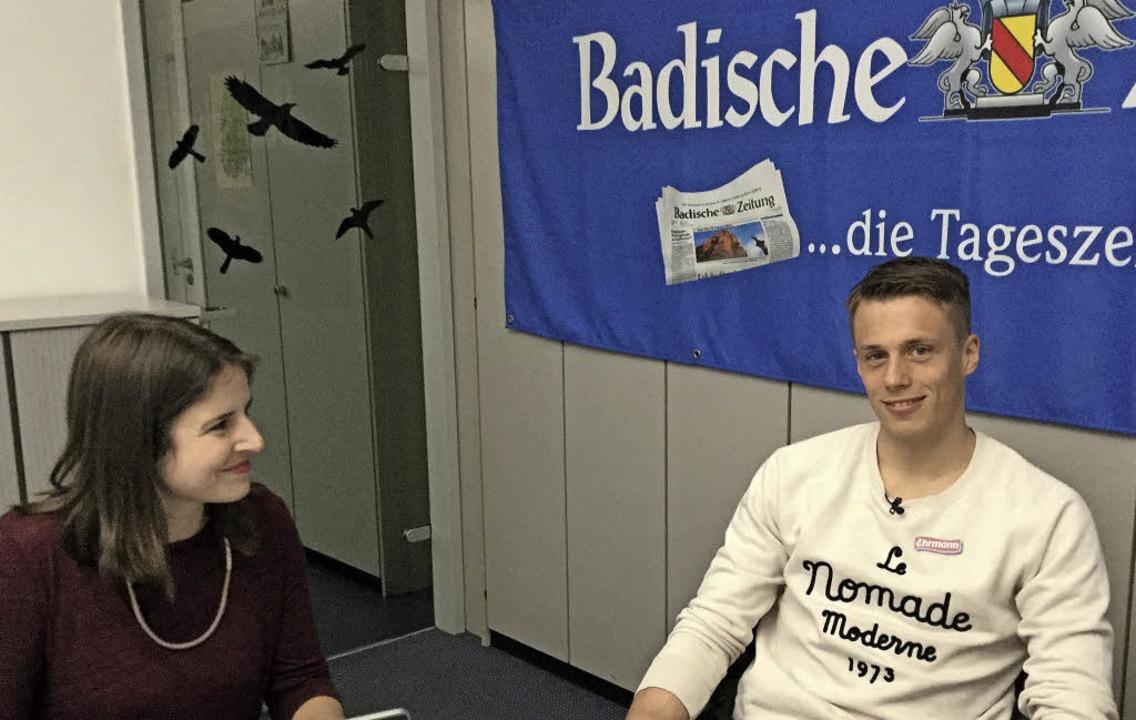SC-Keeper Alexander Schwolow beim BZ-Chat. Links  BZ-Redakteurin Julia Dreier.   | Foto: G. Kutkat