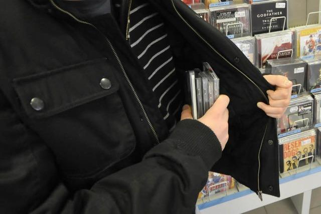 Ladendieb lässt Mantel mit Diebesgut zurück