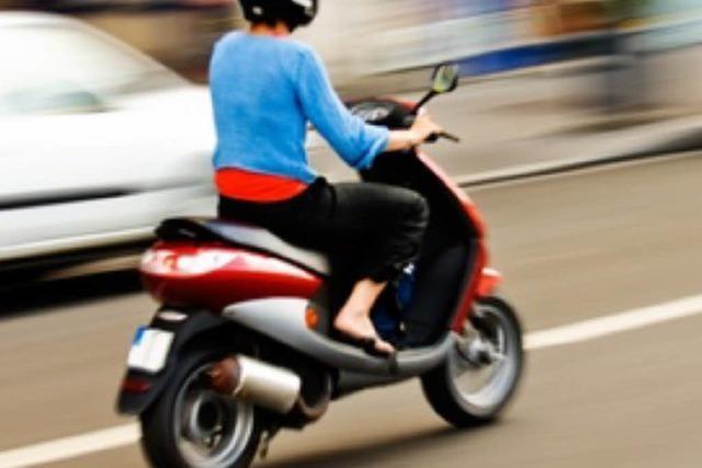 Rollerfahrerin verletzt sich bei Kollision mit Anhänger