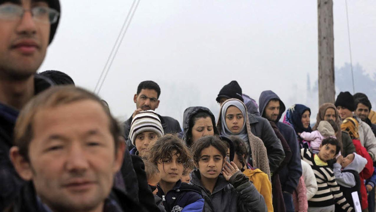 Mit dem Strom der Flüchtlinge landen a...en zunächst in Idomeni (Griechenland).  | Foto: DPA